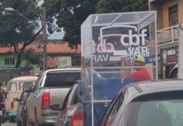 Imagem de carro levando cabine do árbitro de vídeo ao estádio viraliza