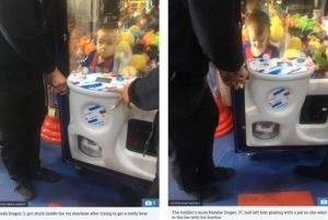 1 hhh 11236521 300x201 - Menino de três anos fica preso em máquina de brinquedo
