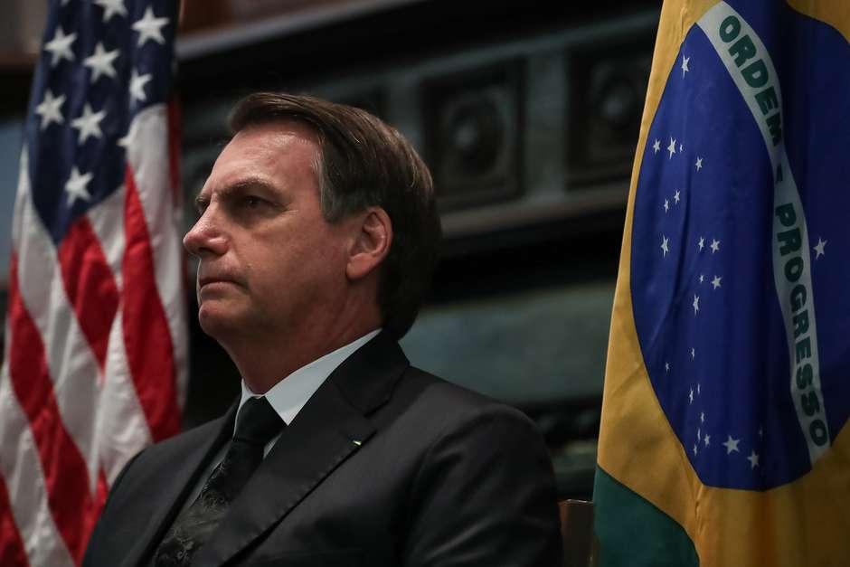 32920523367ec08eb0c27k - Em Dallas, Bolsonaro bate continência à bandeira dos EUA e muda bordão