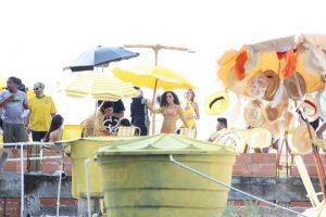 5ce303a42100004309809b7c 300x200 - De fio dental, Anitta grava clipe levantando peso em comunidade no Rio