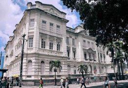 DIREITO OU VANDALISMO? Manifestantes tentam arrombar porta da Prefeitura de João Pessoa; VEJA VÍDEO