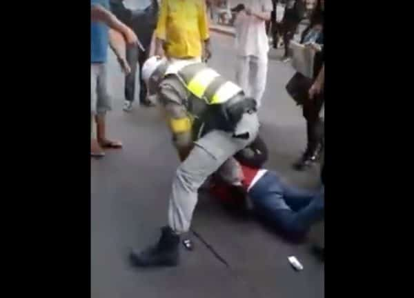 brigada - Homem com adesivo 'Lula Livre' tem o braço deslocado por policial - VEJA VÍDEO