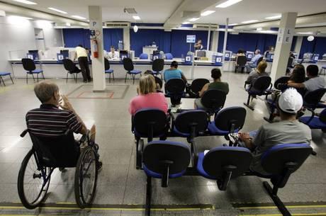 inss idosos aposentados fila inss 1500 30032019092204689 - PALIATIVO: Governo autoriza que 319 servidores da Infraero atuem no INSS para suprir déficit de mais de 7 mil vagas