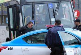 Mulher morre após PMs reagirem a assalto dentro de ônibus