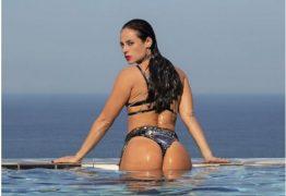 Paolla Oliveira sensualiza em novas fotos no perfil da personagem Vivi Guedes