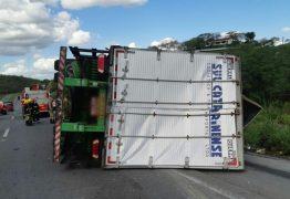 Carreta que transportava óleo de soja tomba na BR-230
