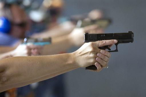 arma - 'PARA DEFENDER A CASA E A FAMÍLIA': instrutor de tiros defende armamentismo e diz que 'brasileiro tem que aprender a lutar'