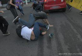 Homem que atropelou manifestantes em Niterói presta depoimento