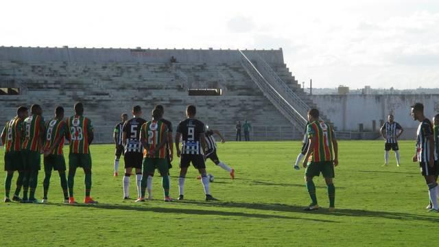 jogo - 3 x 0: Treze derrota o Sampaio Correia e vence a primeira na Série C