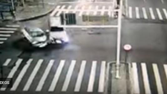Capturar 5 - Câmera flagra momento da colisão entre veículos na Avenida Epitácio Pessoa - VEJA VÍDEO
