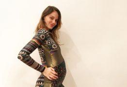 """Laura Neiva exibe barriga de grávida pela 1ª vez e Chay se derrete: 'Amo vocês"""""""