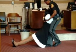 Juíza acusada de abuso de autoridade é arrastada para fora de tribunal – Veja Vídeo