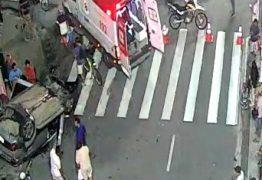 Carro capota na Avenida Epitácio Pessoa após colisão com outro veículo em frente ao Extra – VEJA O VÍDEO