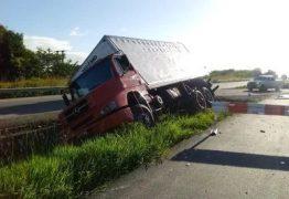 Caminhão com 14 toneladas de farinha tomba na BR-230, em Santa Rita