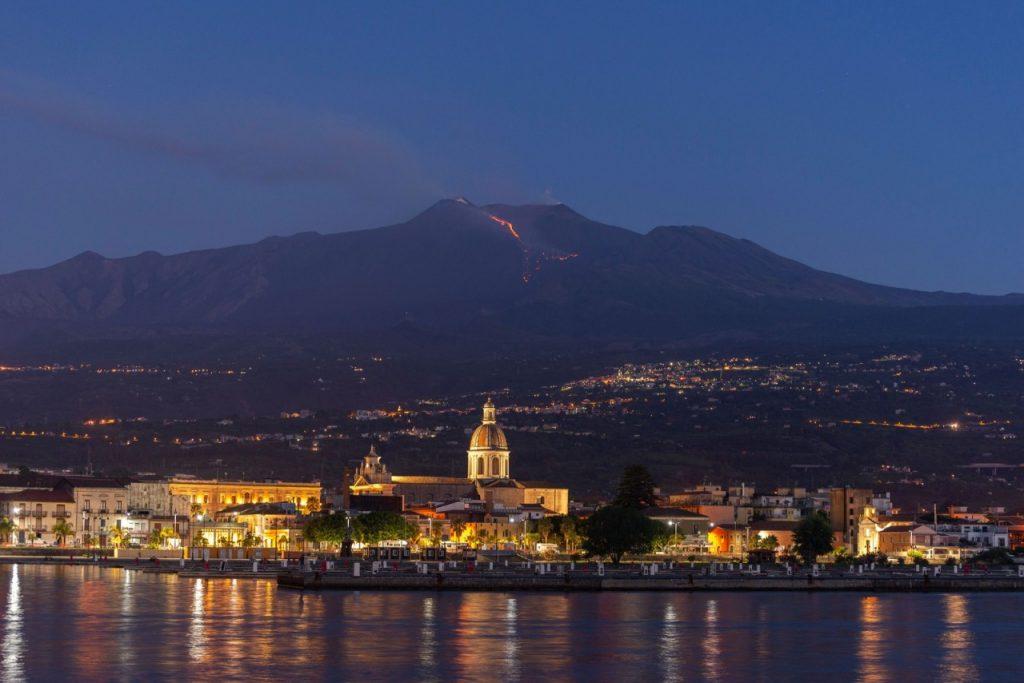 etna 1024x683 - Vulcão Etna lança lava e nuvens de fuligem na Sicília