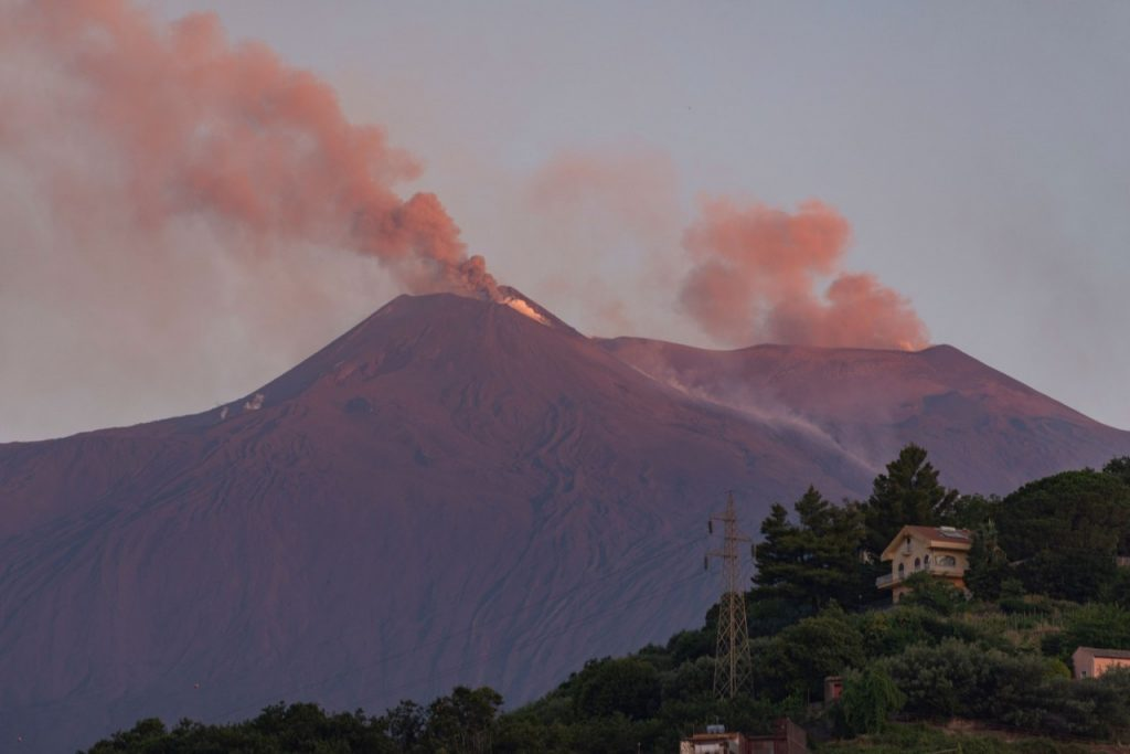 etna20 1024x683 - Vulcão Etna lança lava e nuvens de fuligem na Sicília