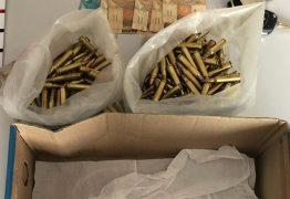 Trio é preso com carro roubado e cerca de 300 munições de calibre restrito às Forças Armadas, na PB