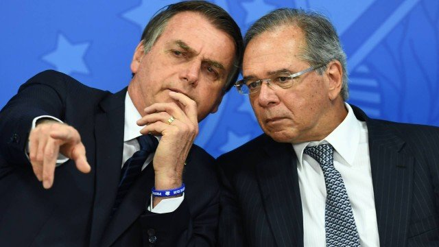 x83700617 brazilian president jair bolsonaro l and his finance minister paulo guedes talk during.jpg.pagespeed.ic .WJv0BUGhsX - Governo quer que funcionário demitido não possa sacar FGTS