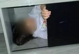 Polícia é acionada após desaparecimento de criança e encontra menina escondida em estante