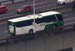 Homem armado faz passageiros de ônibus reféns na Ponte Rio-Niterói – VEJA VÍDEO