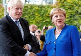 Merkel sinaliza a Johnson possível renegociação de acordo do Brexit