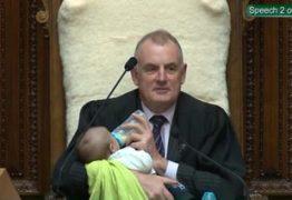 Presidente do Parlamento embala bebê durante debate: 'Convidado VIP'