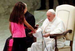 Criança invade palco onde o Papa Francisco ministrava missa – VEJA VÍDEO