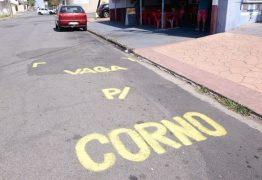 'VAGA PARA CORNO': mensagem é pintada por comerciante cansado de ver veículos estacionados em frente a sua loja