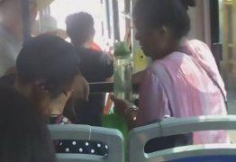 Idosa senta no colo de menino em ônibus cheio para convencê-lo a ceder assento
