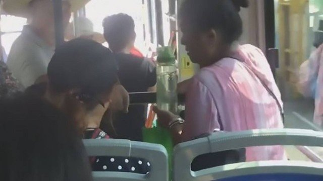 xblog bus lap.jpg.pagespeed.ic .RxerM2pTgx - Idosa senta no colo de menino em ônibus cheio para convencê-lo a ceder assento