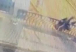 Casal morre ao cair de ponte durante beijos e abraços – VEJA VÍDEO