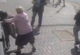 Idosa de 81 anos entra em luta corporal com mulher que tenta roubá-la – VEJA VÍDEO