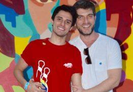 Hugo Bonemer mostra beijo em namorado: 'Sabe quando você quer congelar o tempo?' – VEJA VÍDEO