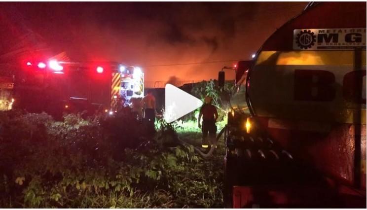 Capturar 27 - Incêndio de grande proporção atinge fabrica no Distrito Industrial, em João Pessoa - VEJA VÍDEO