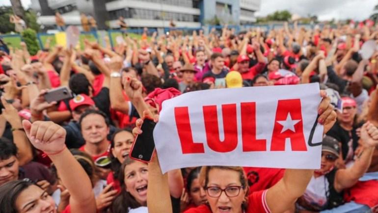 """Lula 6 - Ordem de Curitiba: novo refrão passa a ser """"Lula Livre 100%"""""""