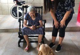 Animais domésticos auxiliam terapia de idosos na Vila Vicentina, em João Pessoa