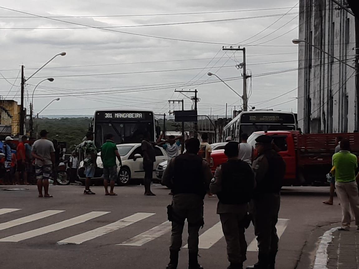 b2ba2322 e0cf 451d 9f54 ae6791df60b2 - VIAS INTERDITADAS: ambulantes queimam pneus e param trânsito no Centro e Lagoa - VEJA VÍDEOS