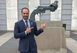 'E SE LENNON ESTIVESSE ARMADO?', questiona Eduardo Bolsonaro ao visitar monumento da ONU