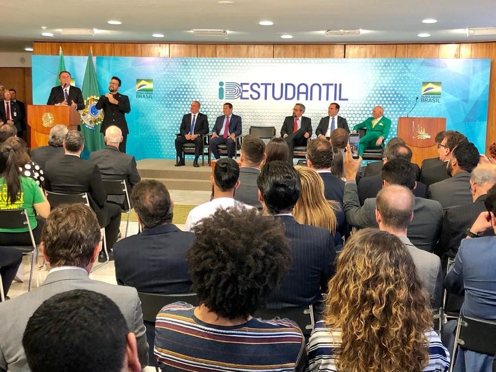 id estudantil - Bolsonaro assina MP que cria carteirinha estudantil digital, emitida pelo governo