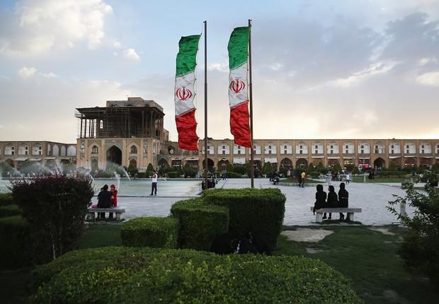 ira bandeira - Irã viola acordo nuclear e reforça enriquecimento de urânio