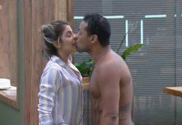 ASSÉDIO E VIOLÊNCIA: Phellipe Haagensen beija Hariany Almeida à força em reality show da Record
