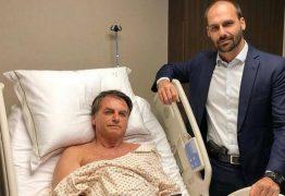 Em foto com o pai no hospital, Eduardo Bolsonaro posa com pistola na cintura e gera constrangimento