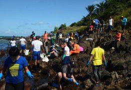 O trabalho quase impossível de se limpar com as mãos as praias contaminadas por óleo do Nordeste – Por Felipe Betim