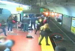 Homem cai e 'empurra' mulher em trilho de metrô – VEJA VÍDEO