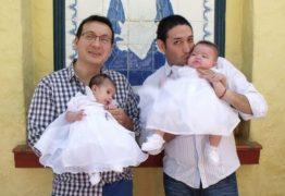 Casal gay adota criança com HIV rejeitada por 10 famílias e tem surpresa; veja
