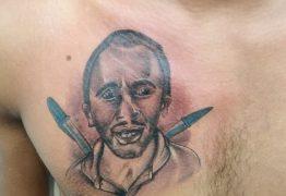 """EM CAMPINA GRANDE: homem tatua homenagem ao hit """"Caneta Azul""""; tatuador se surpreende com repercussão"""