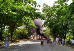 PROTESTO: Manifestantes bloqueiam ladeira entre os bairros de Mangabeira e Valentina