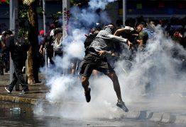 AUMENTO DA TARIFA DO METRÔ: Manifestantes e polícia entram em confronto no Chile – VEJA VÍDEOS