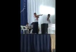 Professora é detida e arrastada por policiais de cima de palco durante evento católico – VEJA VÍDEO