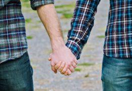 Homem processa Apple por ter 'virado gay' após usar aplicativo do iPhone: 'Agora tenho um namorado e não sei explicar aos meus pais'